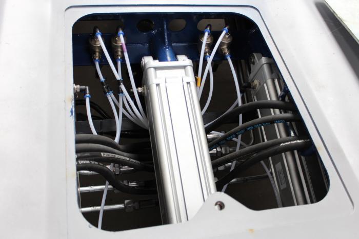 Nahezu alle Hydraulikverschraubungen sind über leicht zugängliche Wartungsluken auf der Ladefläche erreichbar.