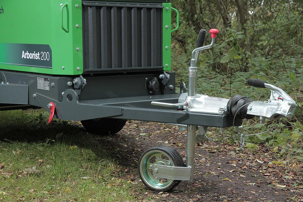 Alle Anhänger-Häcksler von GreenMech verfügen über eine Auflaufbremse. Dadurch ist das Ziehen des Häckslers mit fast jedem Fahrzeug erlaubt.