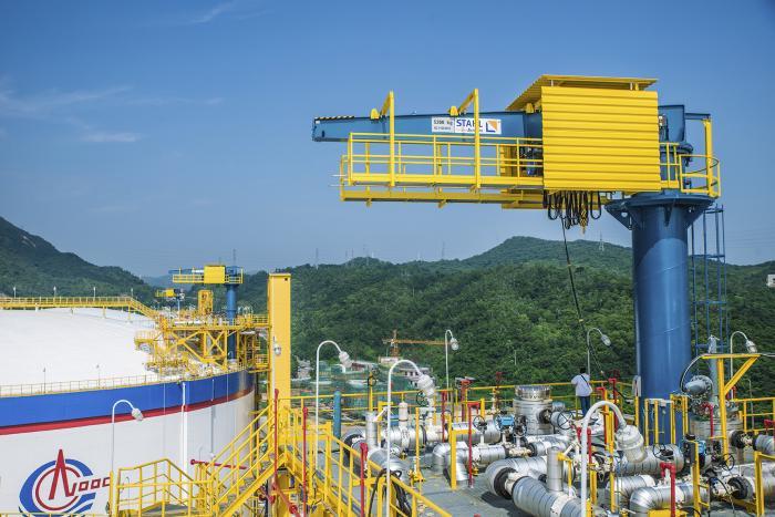 Auch wenn es auf diesem Bild nicht danach aussieht: LNG-Hebezeuge sind oft jahrelang Wind und Wetter ausgeliefert, bevor sie wieder zum Einsatz kommen. Die Umhausung bietet den Seilzügen Schutz.