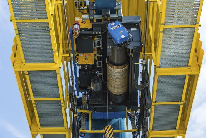 Diese explosionsgeschützten LNG-Seilzüge von STAHL CraneSystems arbeiten mit einer Spezial-Seiltrommel um die besonderen Anforderungen zu erfüllen.