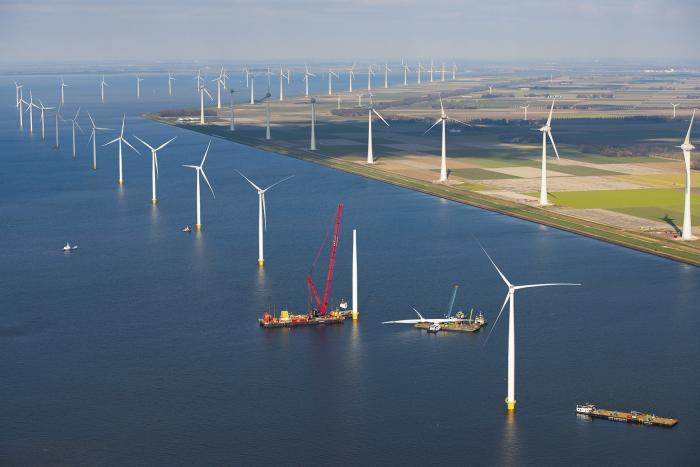 Der Windpark Westermeerwind im IJsselmeer ist zur Zeit der größte Windpark der Niederlande. Auf jedem der 48Windräder kommt ein Davit-Kran von CraneSolutions zum Einsatz. Bildnachweis: @Westmeerwind