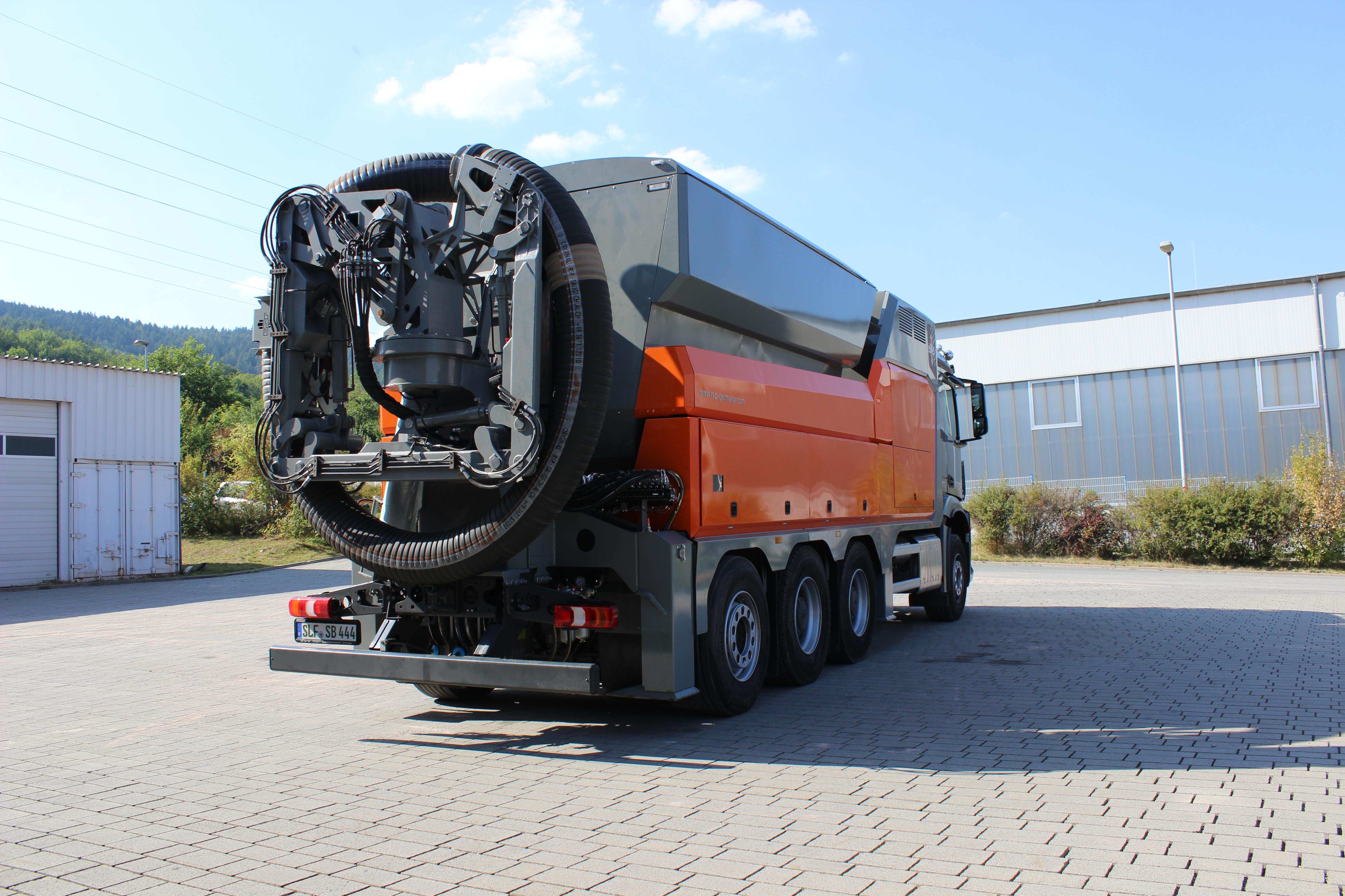 Der Saugbagger ermöglicht ein schnelles und kraftvolles aber gleichzeitig beschädigungsfreies Arbeiten im Bereich von Wurzeln, Leitungen, Mauerwerken und Fundamenten. (Foto: RSP)
