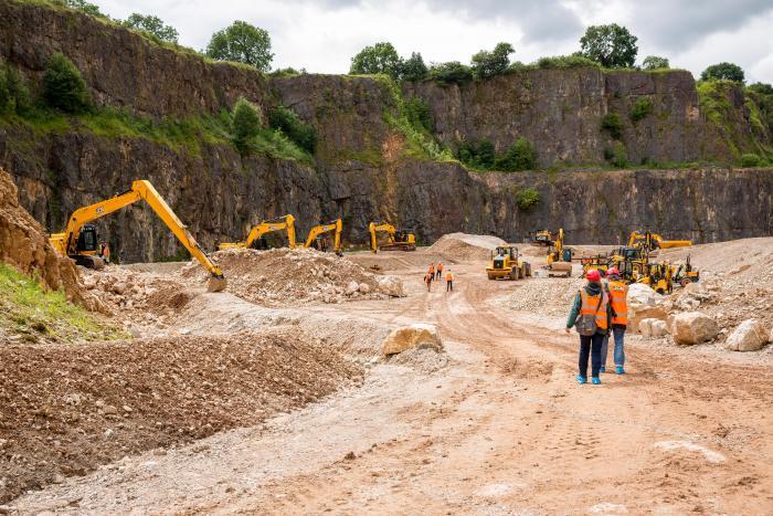 Radlader, Baggerlader, Bagger, Teleskoplader, Stapler und Umschlagbagger präsentierte JCB der Abfall- und Recycling-Branche im Steinbruch.