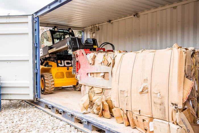 So kompakt, dass er das Material selbst im Transportcontainer noch bequem manövrieren kann: der JCB Teletruk 35D 4x4.