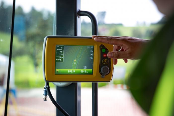 Das Topcon-Display zeigt dem Maschinenführer in Echtzeit die jeweilige Verdichtung an und sorgt somit für eine exakt dosierte Verdichtung.