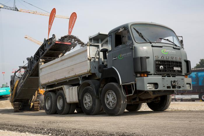 Direkt vor der Fräse mit Maschinensteuerung fährt der LKW zur Aufnahme des gelösten Materials. Der LKW-Fahrer passt sich dem Tempo der Fräse an.