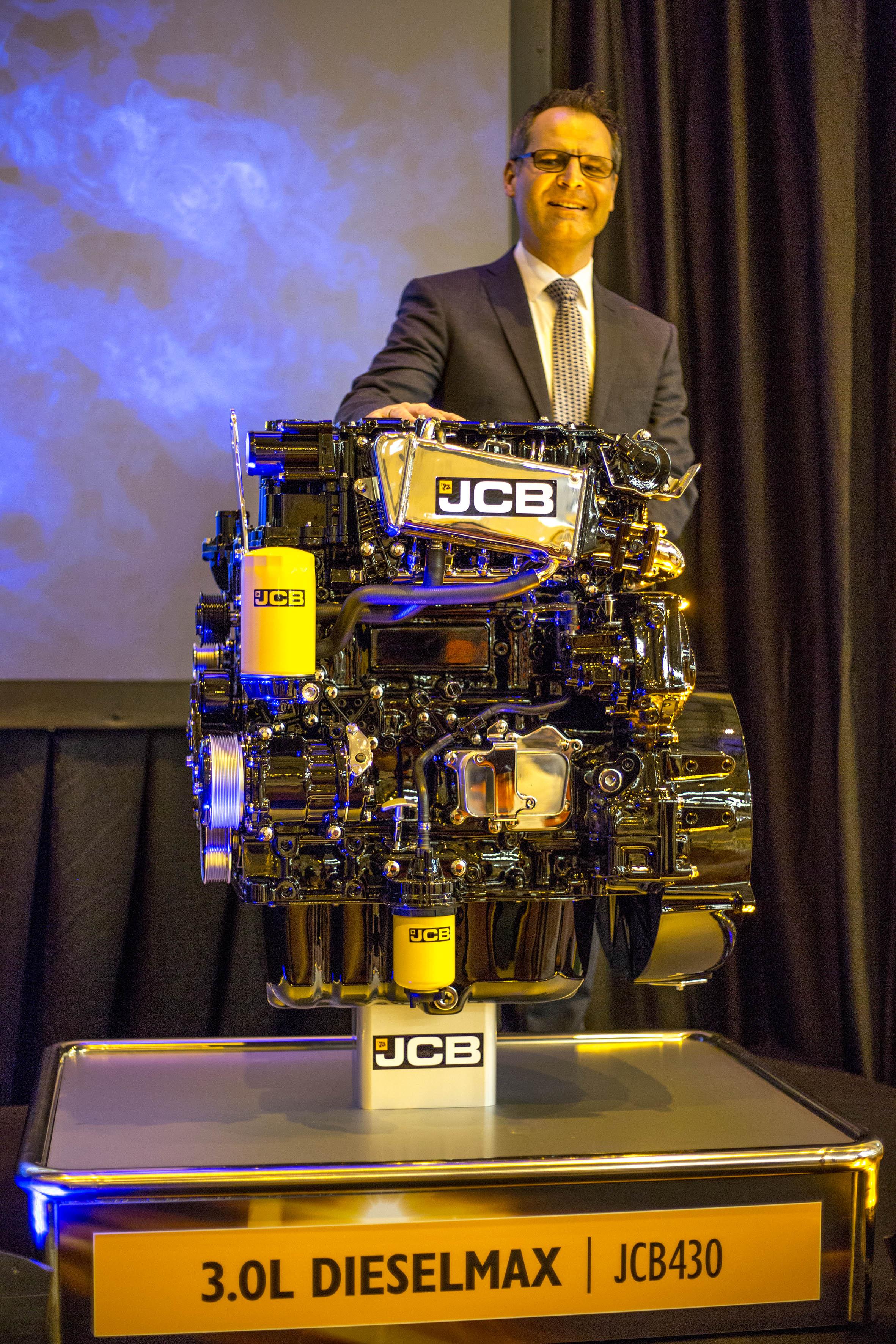Frank Zander, Geschäftsführer JCB Deutschland, präsentiert den neuen 3-Liter-JCB Dieselmax Motor.