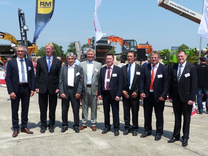 Eröffneten die Messe mit einer Podiumsdiskussion (v.l.): Peter Guttenberger (Präsident VDBUM), Dr. Friedhelm Rese (GEOPLAN GmbH), Markus Schumacher (Geschäftsführer BRB), Heiner Gröger (Präsident BDSV), Prof. Dr. Uwe Görisch (Prof. Dr.-Ing. Uwe Görisch GmbH), Frank Kramer (Vorstand DA), Eric Rehbock (Hauptgeschäftsführer bvse), Dr. Jörg Peter (Vertreter des Landrats Rastatt).