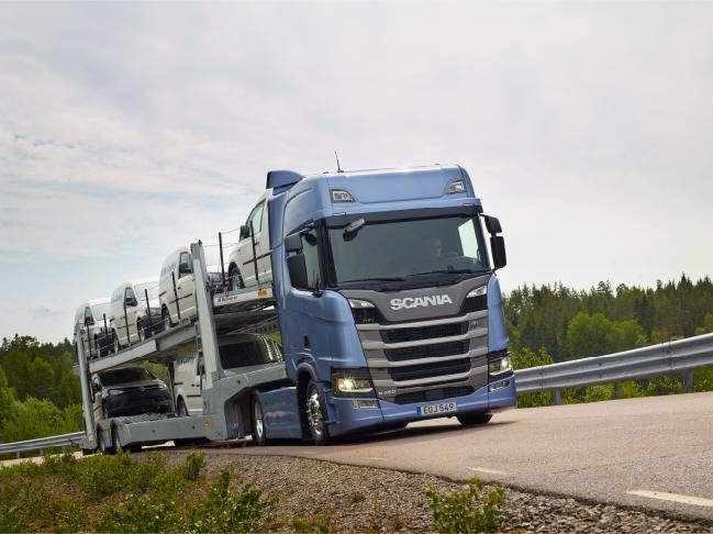 Die Lösungen von Scania kombinieren das gesammelte Know-how über Lkw mit verschiedensten Transportlösungen und deren spezifischen Eigenschaften. Indem wir uns anhand von Erfahrungen, Betriebsdaten und Marktkenntnissen auf die speziellen Bedürfnisse eines jeden Kunden fokussieren, weisen die Lösungen von Scania einen konkreten Mehrwert für den Kunden auf.