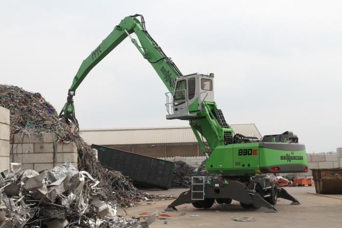 Metaal Recycling Twente setzt die drei neuen Umschlagbagger flexibel auf dem Gelände ein- von der Schrottsortierung bis zur Schiffsbeladung.