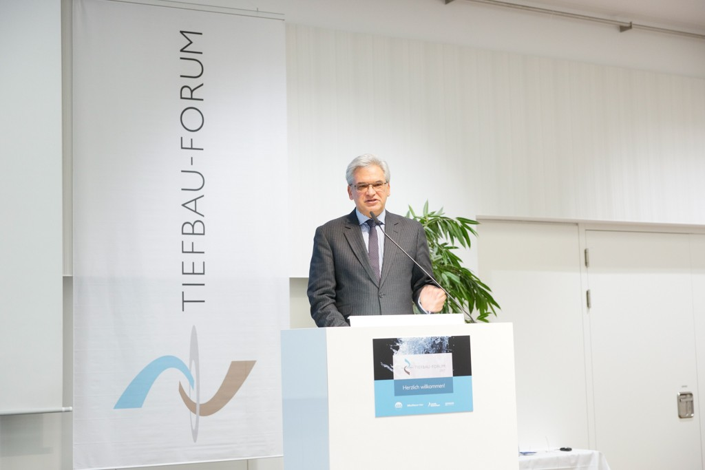 Frank Bielfeld, COO/Geschäftsführer Vertrieb bei der SGBDD und Gunter Czisch, Oberbürgermeister der Stadt Ulm, hießen die Besucher im Donausaal in Ulm willkommen.