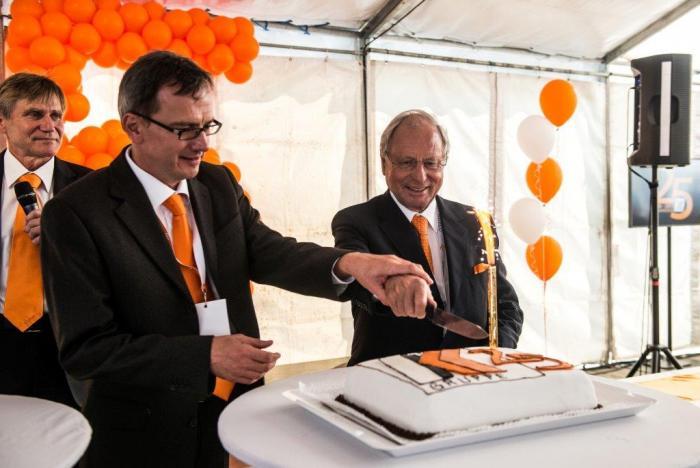 Feierliche Zeremonie: Günter Kuhn (rechts im Bild) und Tamás Remes (Geschäftsführer Kuhn Ungarn für den Bereich Baumaschinen) schneiden die Torte an