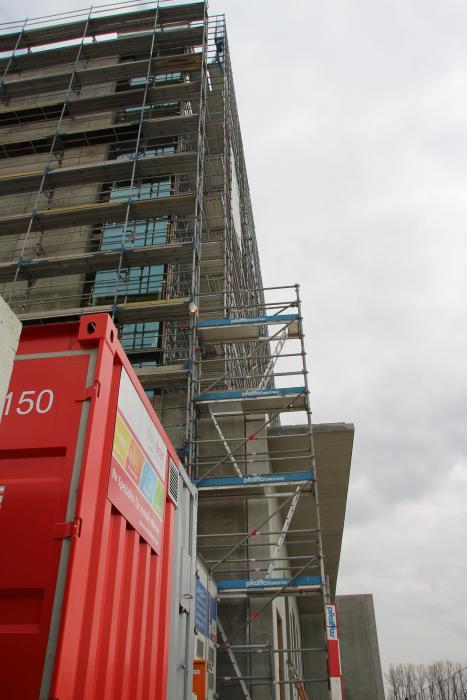 Die mobilen, ölbetriebenen Heizzentralen befinden sich im Stahlcontainer vor dem Bau.