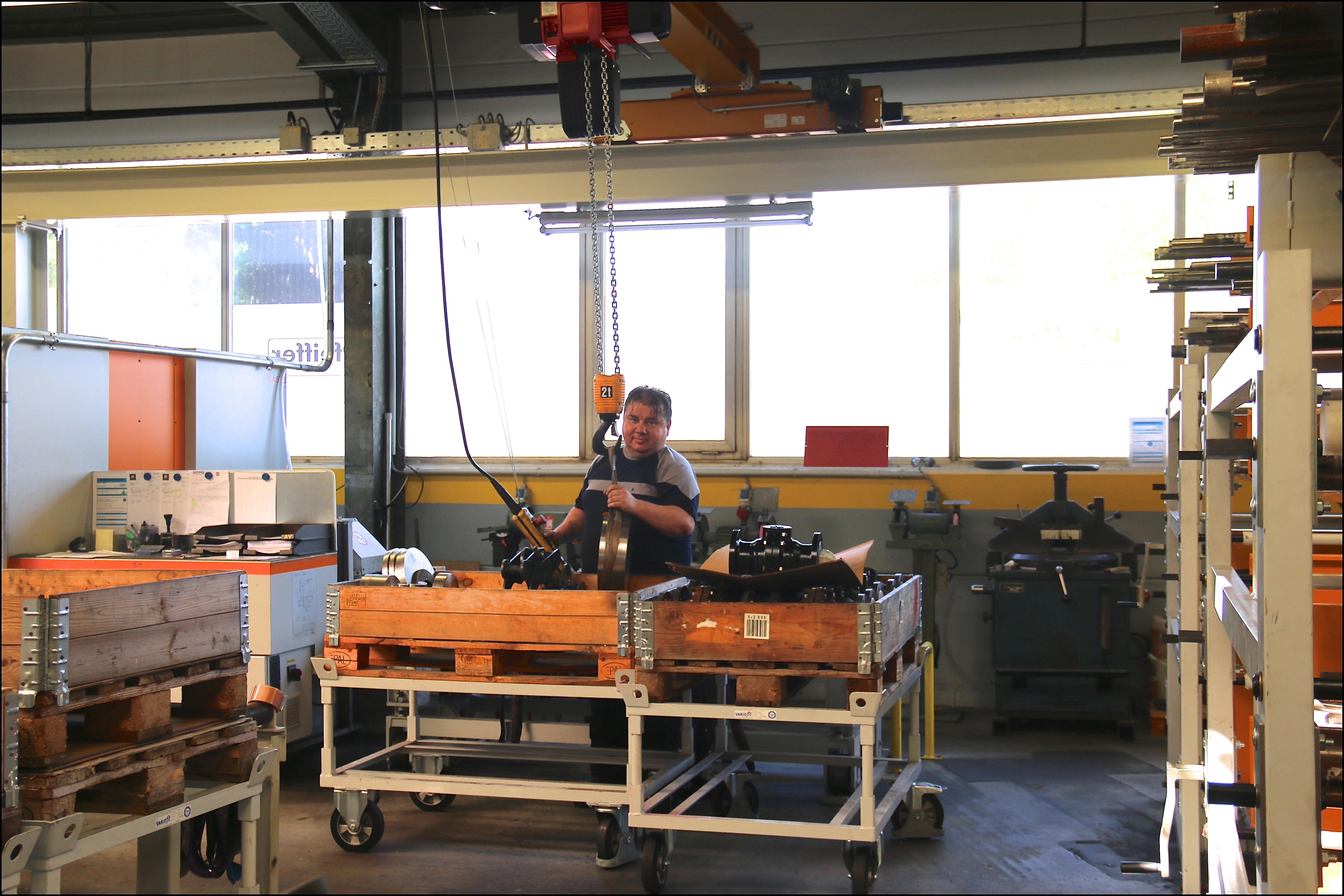 Die Ergonomie an den einzelnen Arbeitsplätzen der Säge wurde mithilfe der Krananlagen deutlich  verbessert