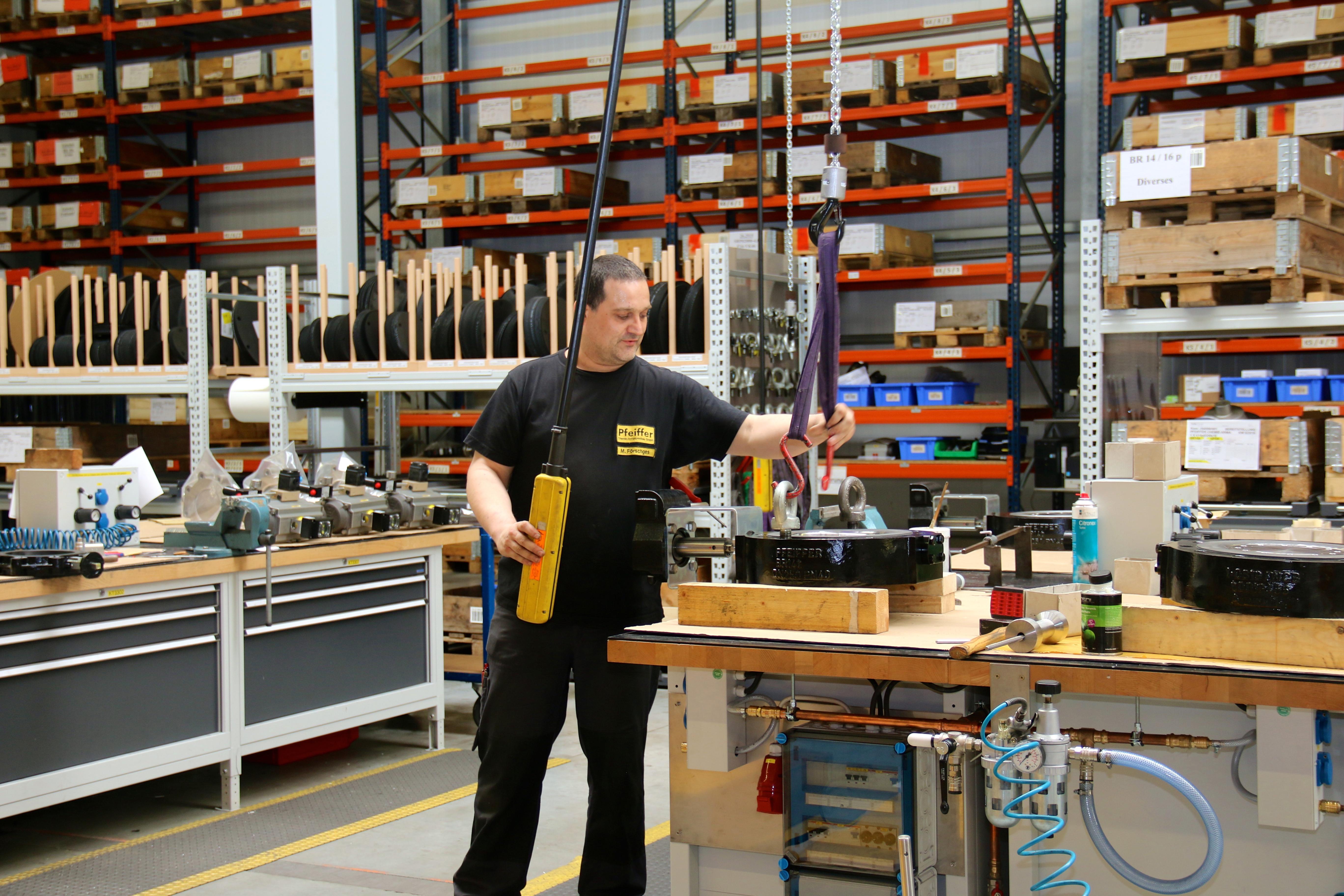Kranbahnen sind im Montagebereich in allen Achsen elektrisch verfahrbar, die Kettenzüge sind  elektrisch angetrieben und werden per Bedienpanel gesteuert