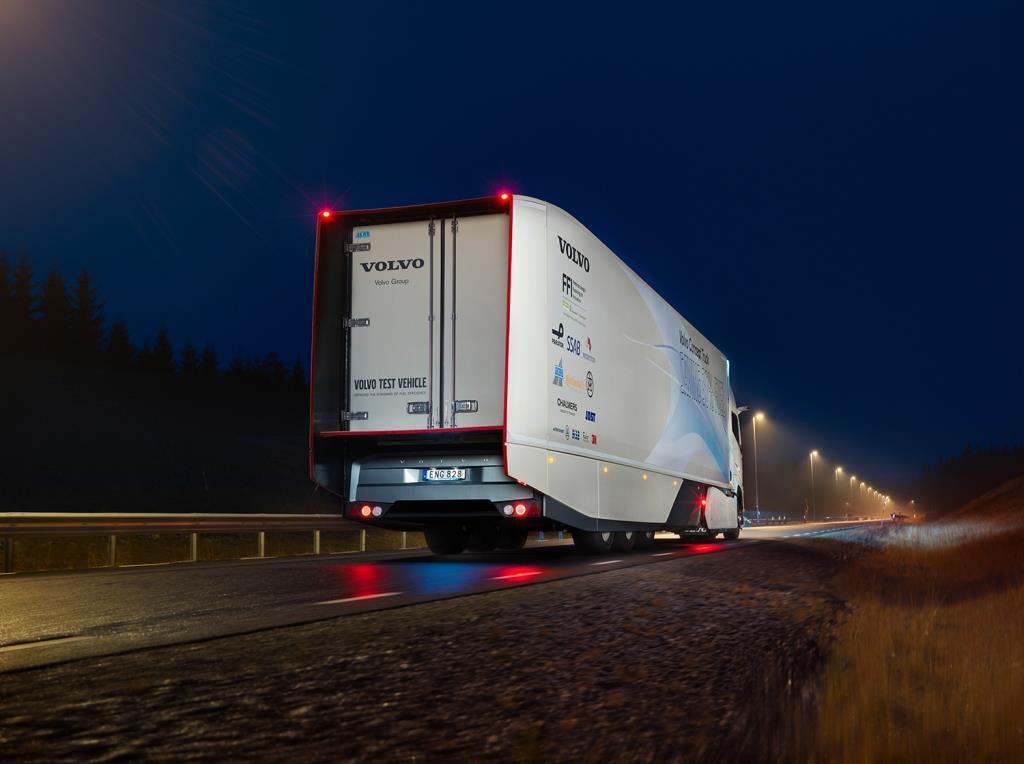 """Der Volvo Concept Truck ist auf einen möglichst geringen Luftwiderstand ausgelegt, ohne dass andere Funktionen beeinträchtigt werden. Beispiele für Verbesserungen sind Kameras anstelle von Rückspiegeln, Fahrgestellverkleidungen an den Rädern und ein Heckteil (""""Boat Tail""""), das den Auflieger hinten verlängert."""