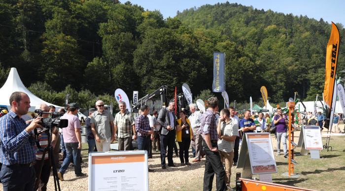 Viele verschiedene Firmen und Produkte wurden auf den Ausstellungsständen auf der Wiese präsentiert. Mit der Forest Romania haben Aussteller und Besucher eine professionelle Plattform für die Forstwirtschaft in Rumänien gefunden.