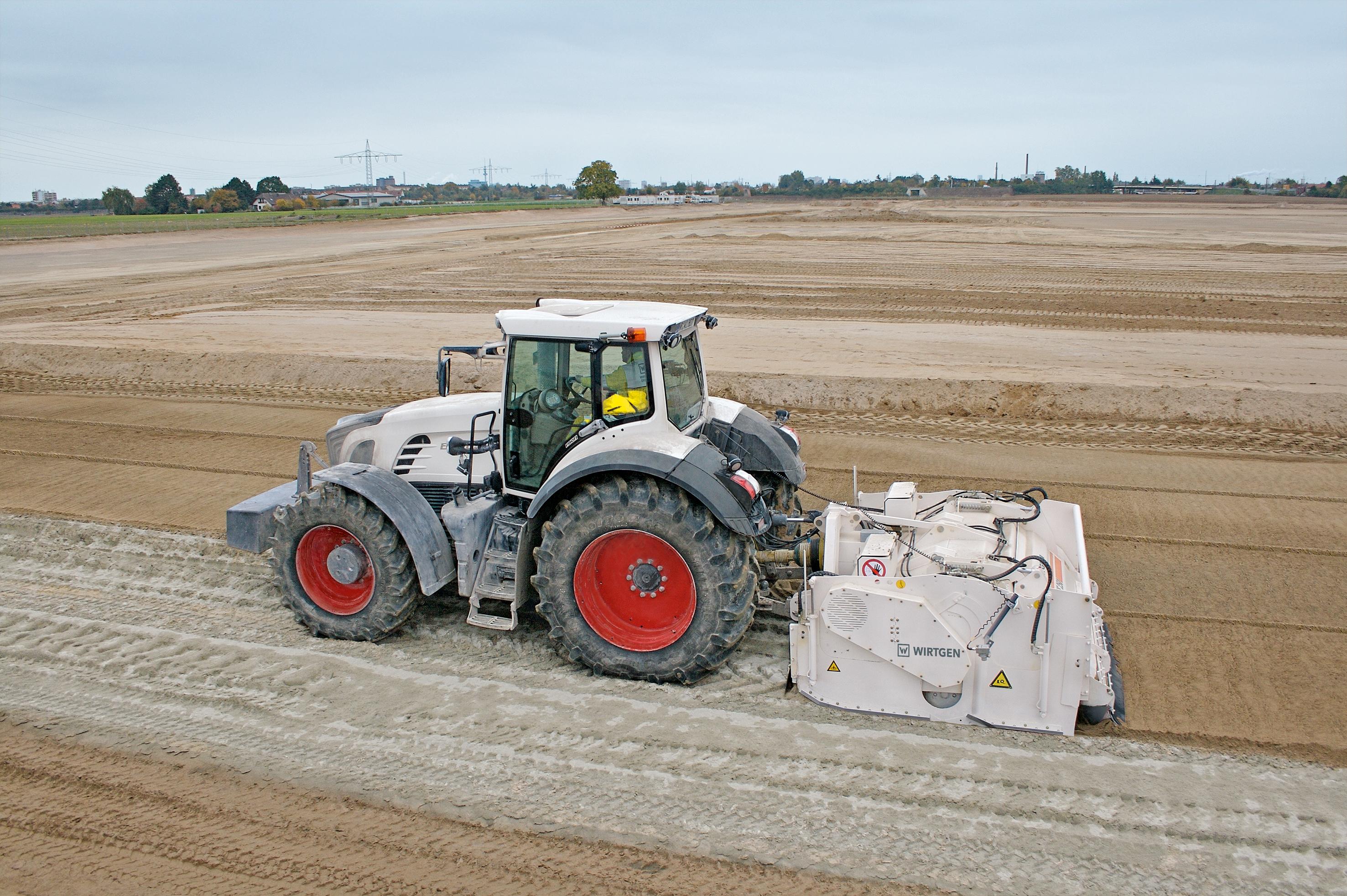 Bodenstabilisierung bewährt sich bereits seit Jahrzehnten als kostengünstiges und umweltfreundliches Verfahren. Die kompakte Einheit Wirtgen WS 250 überzeugt durch das durchdachte Konzept und ihre wirtschaftliche Arbeitsweise. Geringes Eigengewicht und kompakte Abmessungen erleichtern den Transport von und zu der Baustelle.