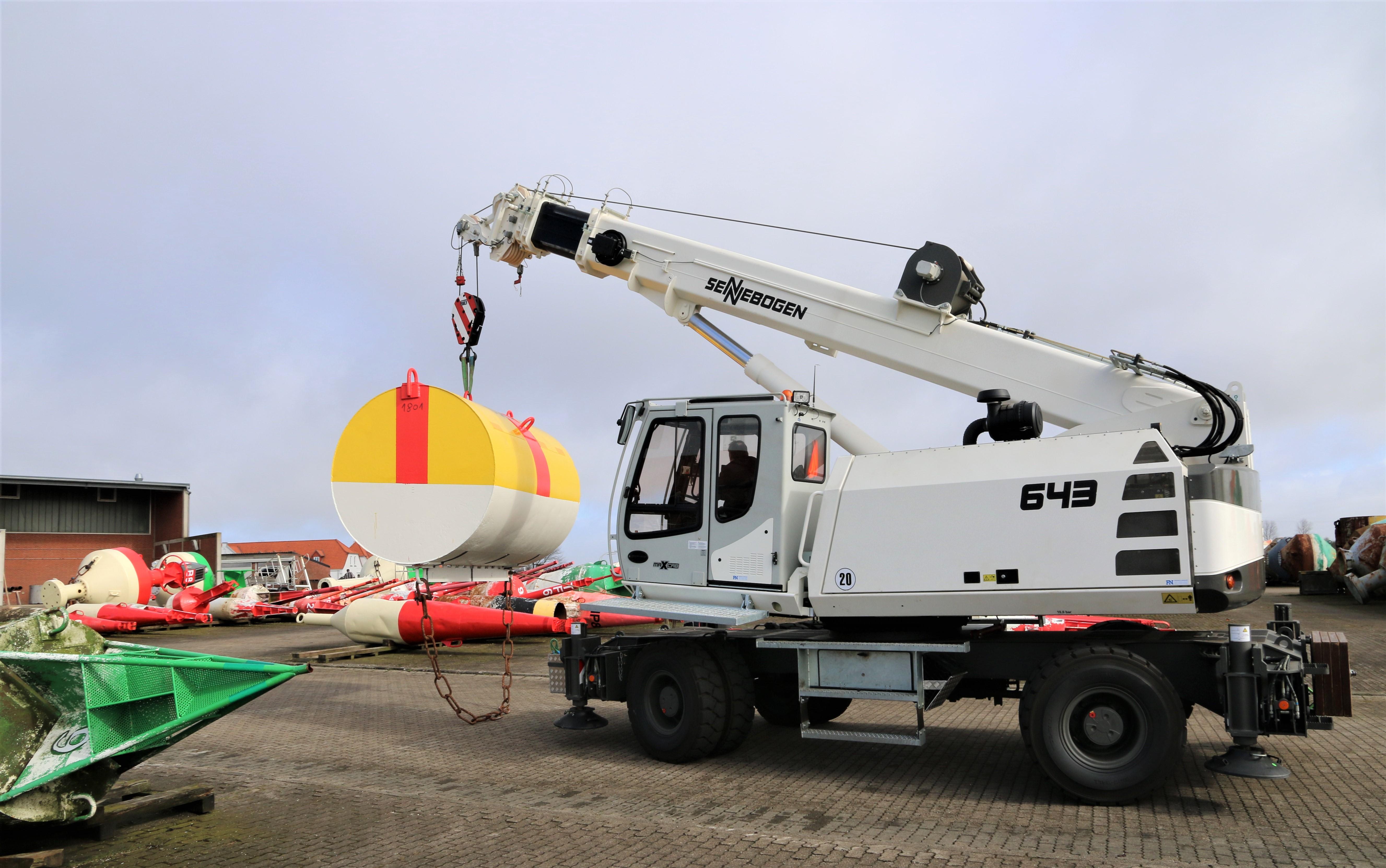 Mit 40 Tonnen Traglast verfügt der 643 Telekran stets über ausreichend Reserven im Handling der bis zu 6 Tonnen schweren Schifffahrtszeichen – gleichzeitig ist die Kompaktheit der Maschine wichtig beim Einfahren in die engen und voll belegten Lagerplätze.